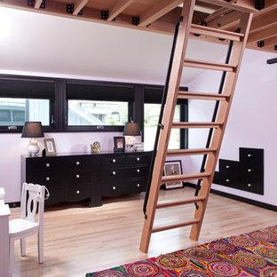 Foto de dormitorio tipo loft, contemporáneo, pequeño, con paredes rosas y suelo de madera clara