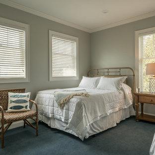 Modelo de habitación de invitados rural, de tamaño medio, con paredes azules, moqueta y suelo azul