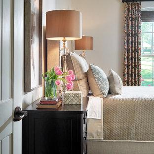 Immagine di una camera degli ospiti classica di medie dimensioni con pareti beige, pavimento in legno massello medio e pavimento marrone