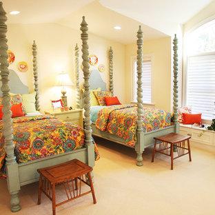 Idéer för ett klassiskt gästrum, med gula väggar och heltäckningsmatta