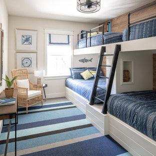 中くらいのモダンスタイルのおしゃれな客用寝室 (白い壁、カーペット敷き、青い床) のレイアウト