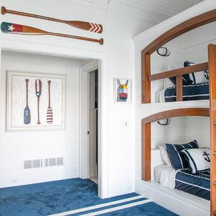Bild på ett mellanstort maritimt gästrum, med vita väggar, heltäckningsmatta och blått golv