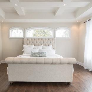 トロントの大きいトランジショナルスタイルのおしゃれな主寝室 (白い壁、無垢フローリング、両方向型暖炉、漆喰の暖炉まわり、茶色い床)