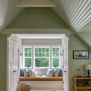 Exempel på ett amerikanskt sovrum, med gröna väggar, heltäckningsmatta och beiget golv