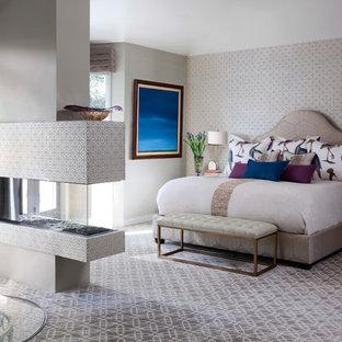 Modelo de dormitorio principal, costero, grande, con chimenea de doble cara, paredes multicolor, moqueta y suelo multicolor
