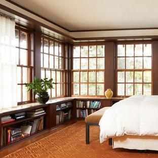 На фото: спальня в классическом стиле с бежевыми стенами, темным паркетным полом и оранжевым полом с