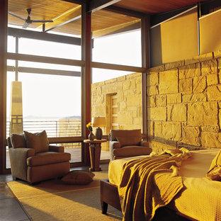 На фото: большие хозяйские спальни в современном стиле с разноцветными стенами, бетонным полом и серым полом без камина