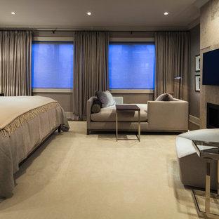 Mittelgroßes Modernes Hauptschlafzimmer mit grauer Wandfarbe, Teppichboden, Gaskamin, gefliester Kaminumrandung und beigem Boden in Chicago