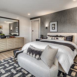 Aménagement d'une grand chambre parentale classique avec un mur blanc, un sol beige, du lambris de bois et du papier peint.