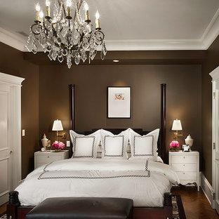 Esempio di una camera da letto tradizionale con pareti marroni e parquet scuro