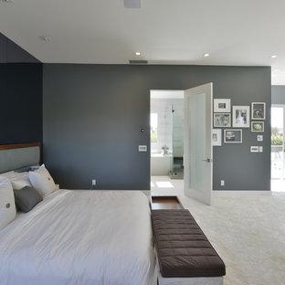 Großes Modernes Hauptschlafzimmer mit grauer Wandfarbe, Teppichboden, Kamin und Kaminumrandung aus Metall in Los Angeles