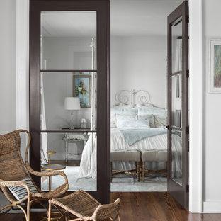 Ejemplo de dormitorio de estilo de casa de campo con paredes grises, suelo de madera en tonos medios y suelo marrón