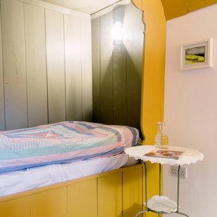 Foto de habitación de invitados tradicional, pequeña, con paredes amarillas y suelo de madera pintada