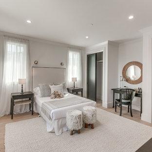 Modern inredning av ett mellanstort gästrum, med vita väggar, ljust trägolv och brunt golv