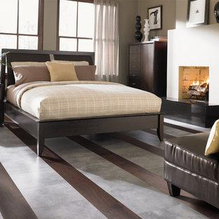 Foto de dormitorio principal, tradicional renovado, con paredes beige, chimenea tradicional, marco de chimenea de hormigón y suelo multicolor