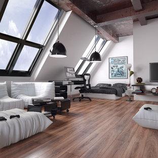 Inspiration för ett industriellt sovrum, med vita väggar och mellanmörkt trägolv