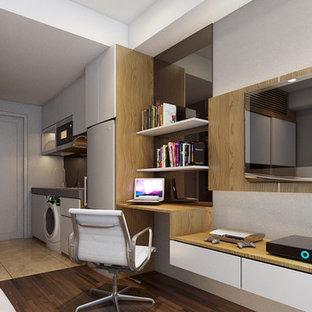 Idee per una piccola camera matrimoniale minimal con pareti marroni, pavimento in laminato, camino sospeso, cornice del camino in mattoni e pavimento marrone