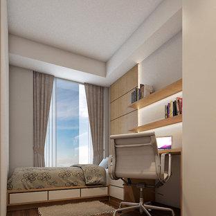 他の地域の小さいコンテンポラリースタイルのおしゃれな主寝室 (茶色い壁、ラミネートの床、吊り下げ式暖炉、レンガの暖炉まわり、茶色い床) のレイアウト