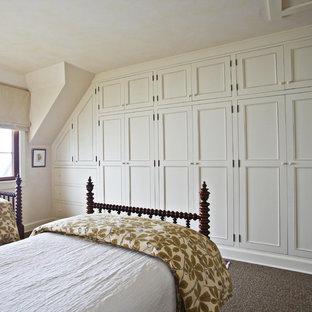 Foto de habitación de invitados tradicional con paredes blancas y moqueta