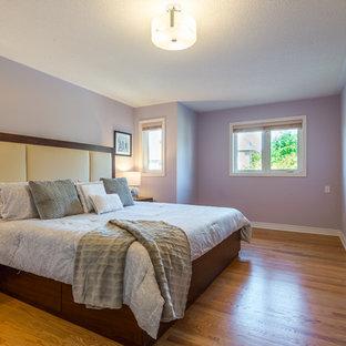 Imagen de dormitorio principal, contemporáneo, de tamaño medio, con paredes púrpuras, suelo de madera clara y suelo amarillo