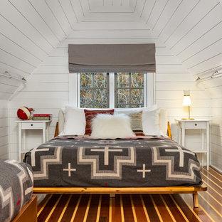 Идея дизайна: спальня в современном стиле с белыми стенами, паркетным полом среднего тона и коричневым полом