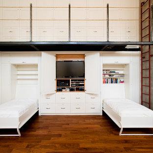 Industrial Gästezimmer mit weißer Wandfarbe und braunem Holzboden in Vancouver
