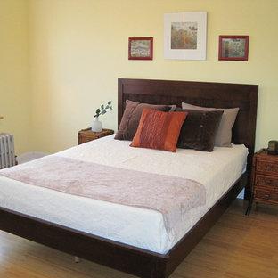 Imagen de dormitorio clásico renovado, grande, con paredes amarillas y suelo naranja
