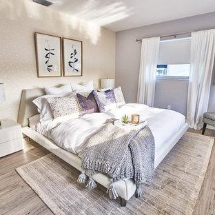На фото: хозяйская спальня среднего размера в стиле ретро с фиолетовыми стенами, полом из винила и серым полом без камина с