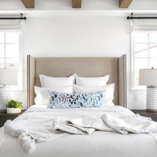 Foto di una camera da letto costiera con pareti bianche