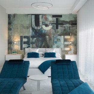 Diseño de habitación de invitados costera, de tamaño medio, sin chimenea, con paredes multicolor, suelo de baldosas de porcelana y suelo beige