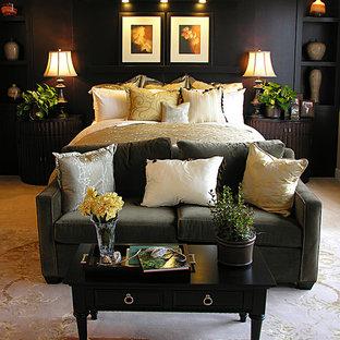 マイアミの広いトロピカルスタイルのおしゃれな主寝室 (ベージュの壁、トラバーチンの床、暖炉なし) のレイアウト