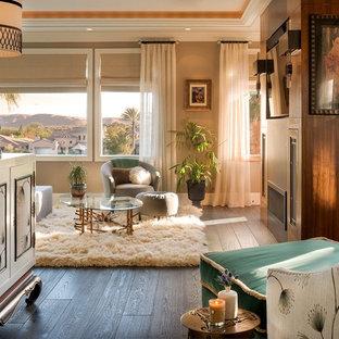 Diseño de dormitorio principal, retro, de tamaño medio, con paredes beige, suelo de madera oscura, chimenea lineal y marco de chimenea de madera