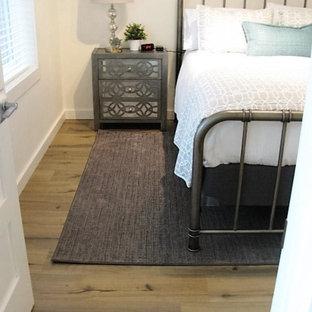 Inspiration för ett mellanstort vintage gästrum, med vita väggar, laminatgolv och brunt golv