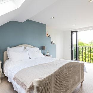 Foto på ett vintage sovrum, med blå väggar och heltäckningsmatta