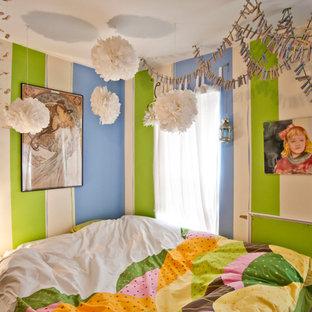 Immagine di una camera da letto eclettica con pareti multicolore