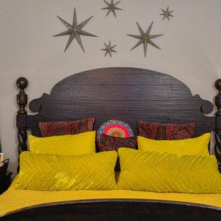 Пример оригинального дизайна: большая хозяйская спальня в стиле фьюжн с фиолетовыми стенами, темным паркетным полом и серым полом
