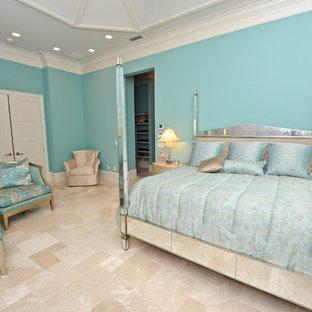 Immagine di una camera matrimoniale costiera con pareti blu, pavimento in marmo e nessun camino