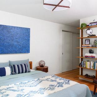 サンフランシスコの中くらいのミッドセンチュリースタイルのおしゃれな客用寝室 (黄色い壁、無垢フローリング、暖炉なし、茶色い床)