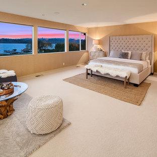Immagine di una camera matrimoniale classica con pareti gialle, moquette e pavimento beige