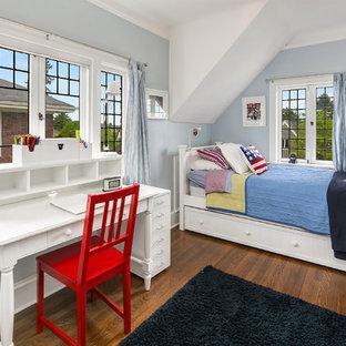 Inredning av ett klassiskt mellanstort sovrum, med blå väggar, mörkt trägolv och brunt golv
