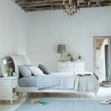 Lauren bed in vintage white