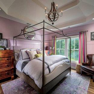 Idee per una camera degli ospiti boho chic di medie dimensioni con pareti viola, pavimento in legno massello medio e nessun camino
