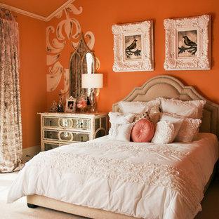 Shabby chic-inspirerad inredning av ett sovrum, med orange väggar