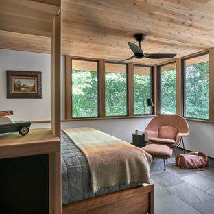Mittelgroßes Uriges Hauptschlafzimmer mit weißer Wandfarbe, Schieferboden und schwarzem Boden in Chicago