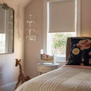 На фото: гостевая спальня среднего размера в стиле фьюжн с розовыми стенами, ковровым покрытием и разноцветным полом без камина