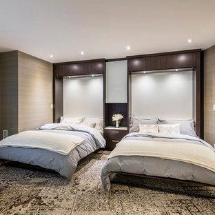 Идея дизайна: большая гостевая спальня в современном стиле с разноцветными стенами, ковровым покрытием, разноцветным полом и обоями на стенах