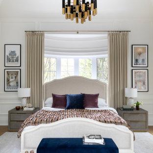 Ispirazione per una camera matrimoniale classica con pareti bianche e boiserie