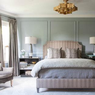 Идея дизайна: хозяйская спальня среднего размера в стиле современная классика с синими стенами, ковровым покрытием и серым полом без камина