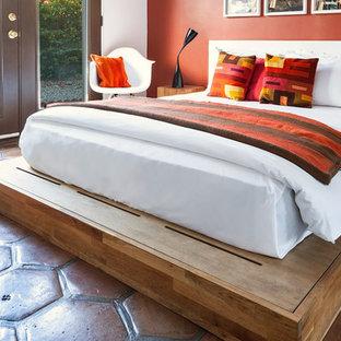 Diseño de habitación de invitados de estilo americano, de tamaño medio, sin chimenea, con parades naranjas y suelo de baldosas de terracota