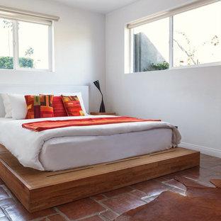 Mittelgroßes Mediterranes Gästezimmer ohne Kamin mit weißer Wandfarbe und Terrakottaboden in Los Angeles